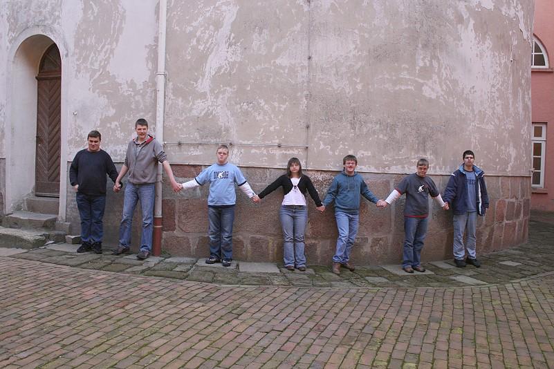Kinder und Jugendliche am Schlossturm