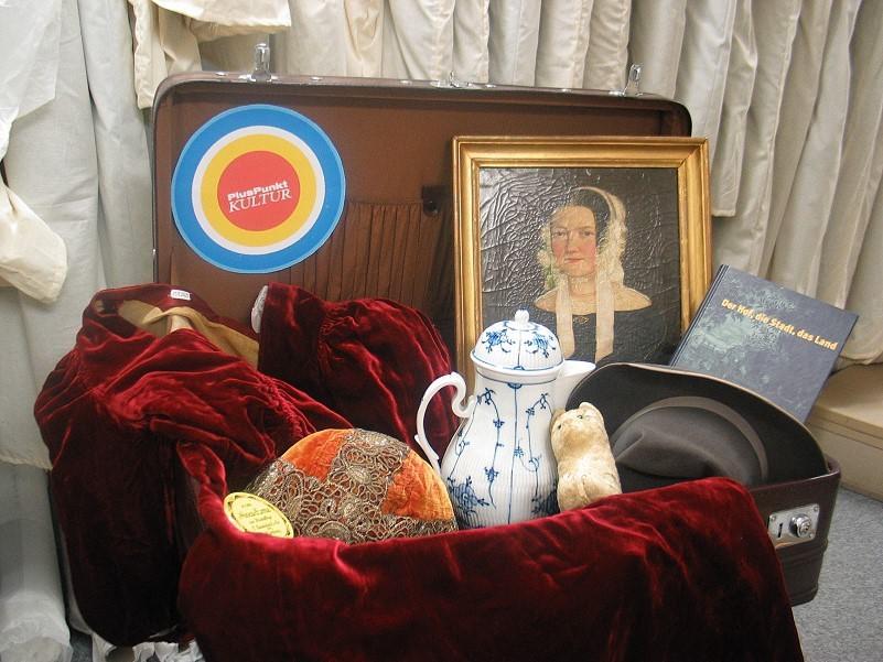 Der Museumskoffer voller Objekte steht für seinen Einsatz in den Seniorenheimen bereit