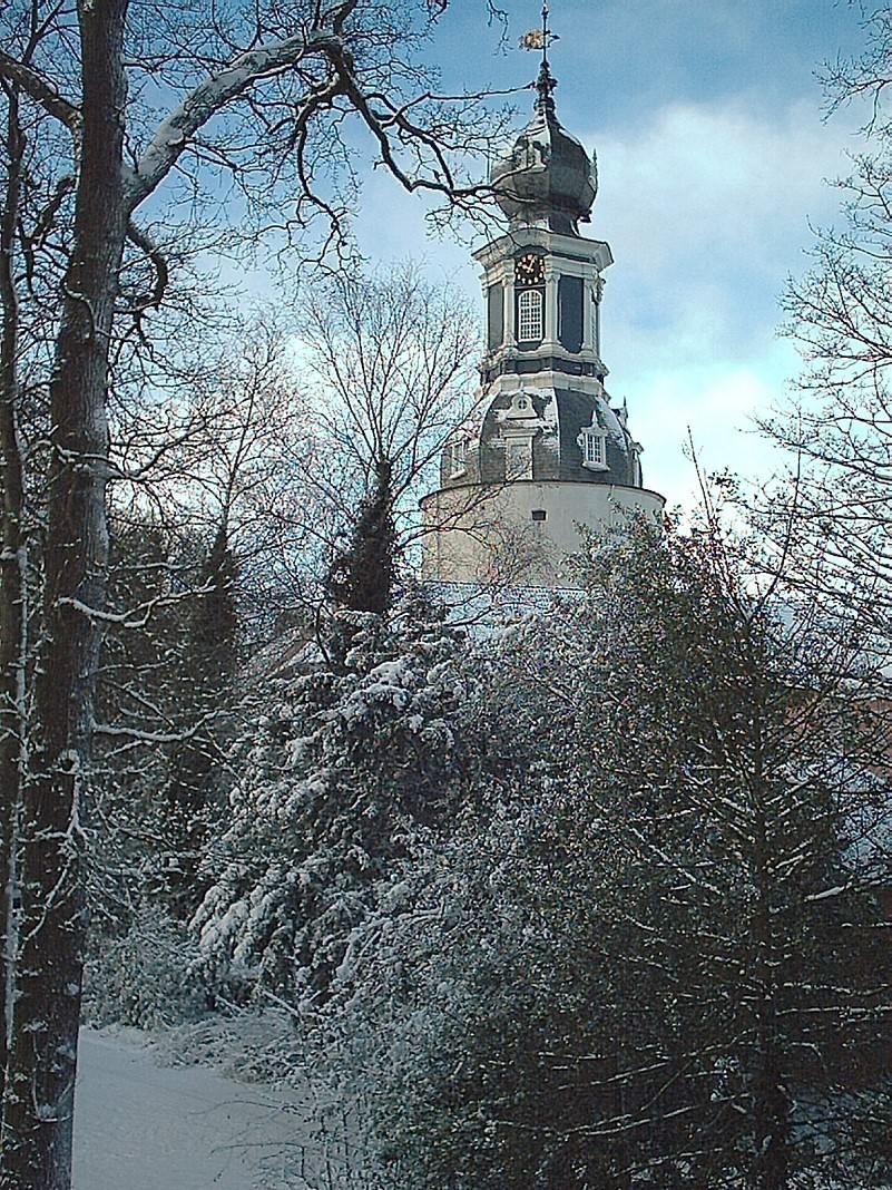 Der Schlossturm vom verschneiten Schlosspark aus gesehen