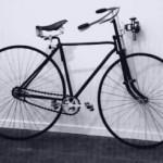 """12 Ein """"Safety""""-Niederrad aus den 1880er Jahren"""