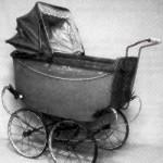 36 Ein Puppenwagen aus den zwanziger Jahren