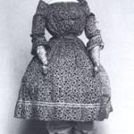 48 Eine Biedermeier-Puppe