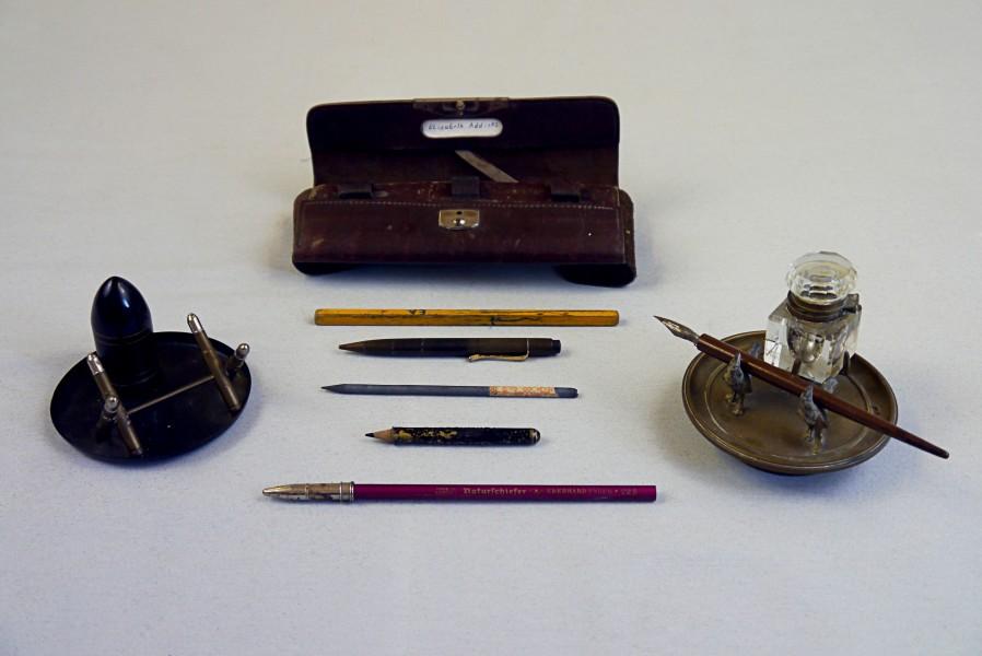 Federmäppchen, Tintenfässer und Stifte, 1920- 1965