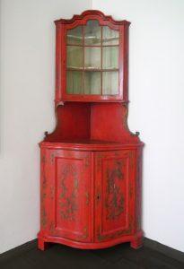 Eckvitrine, Mitte 18. Jahrhundert, Holz und Glas, Foto: Patrick Schröder