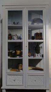 Museumsvitrine, um 1920, Holz und Glas, Foto: Patrick Schröder