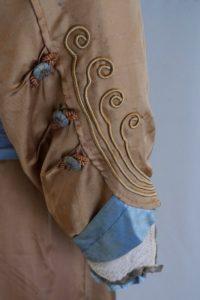 Brautkleid im Jugendstil (Detail). Anfang 20. Jh. Seidenatlas, Spitze.