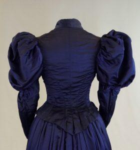 Hochzeitskleid, zweiteiliges Kostüm (Rückenansicht). Ende 19. Jh.