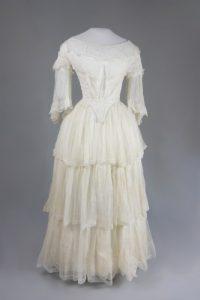 Kleid mit Schneppentaille (Forderansicht). Um 1850. Musselin.