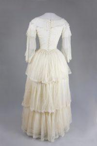 Kleid mit Schneppentaille (Rückenansicht). Um 1850. Musselin.