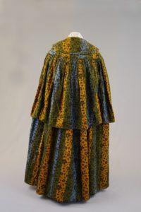 Damenmantel mit Pelerine (Rückenansicht). Um 1850. Baumwolle, bedruckt, wattiert.