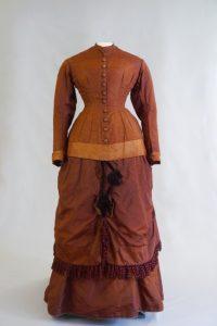 Brautkleid. Auch Kostüm- und Turnürenkleid. Zweite Hälfte 19. Jh. Seidentaft, Seisenatlas, Vorderansicht.