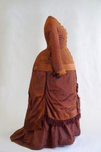 Brautkleid. Auch Kostüm- und Turnürenkleid. Zweite Hälfte 19. Jh. Seidentaft, Seisenatlas, Seitenansicht.