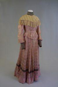 Brautkleid, zweiteiliges Kleid aus Jacke und Rock. Um 1898. Georgette, Samt, Baumwolle, Spitze.
