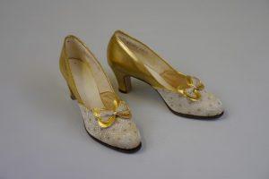 Damenpumps. Um 1930. Leder, Seide(?)