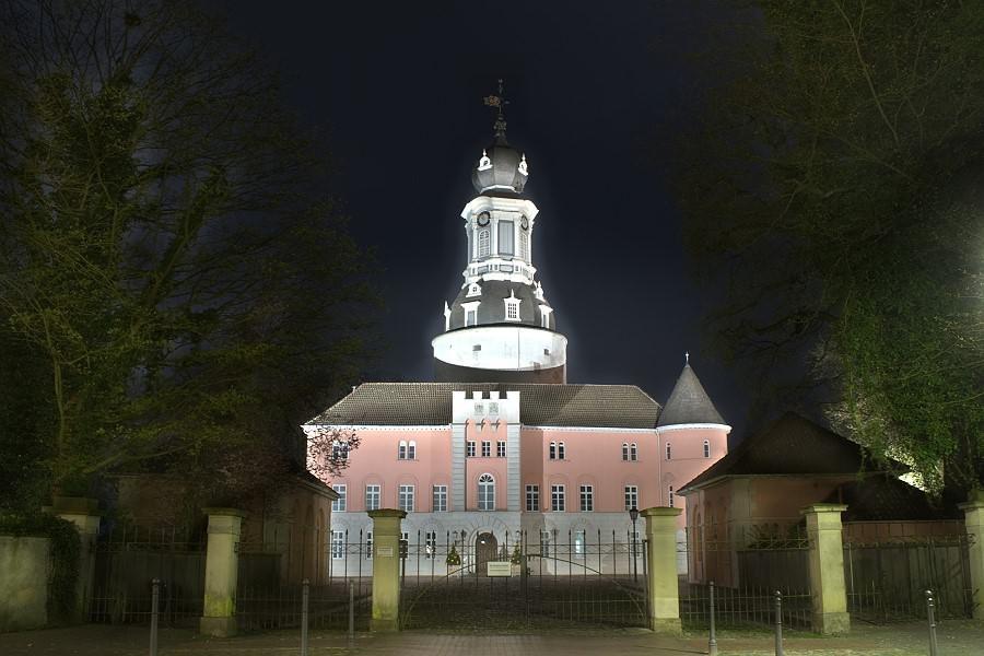 Schloss Jever mit abendlicher Beleuchtung. Foto von Hendrik Lengen