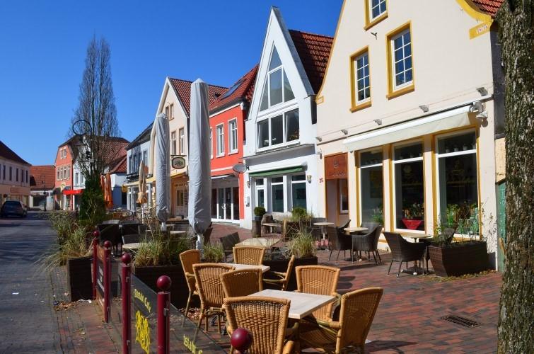 Unbesetzte Stühle vor Cafés und Restaurants in Jever