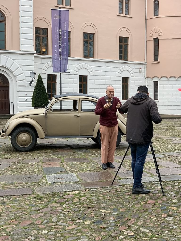 Franz Fendt und Basel Mansour vor dem Schloss und mit dem Käfer unseres Haustechnikers Andreas Bockberger