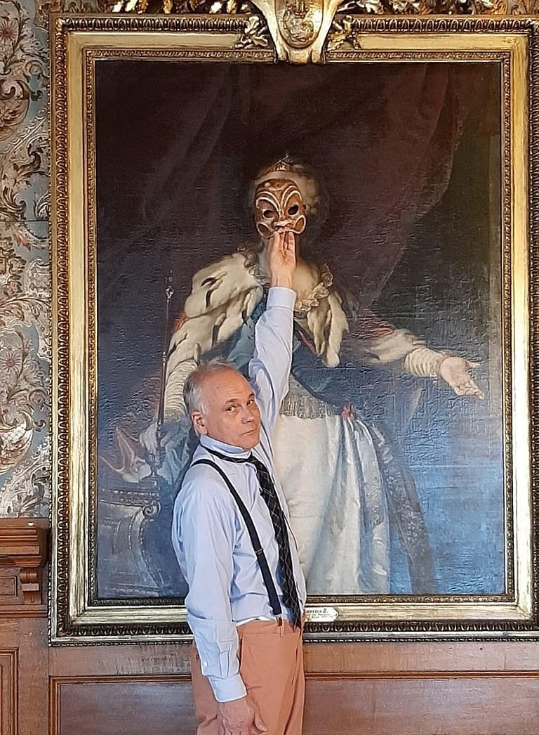 Schlossarchivar Albert (Franz Fendt) vor dem Portrait Katharinas II. im Audienzsaal