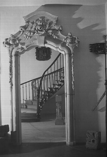 Tor und Treppe im alten Schloss